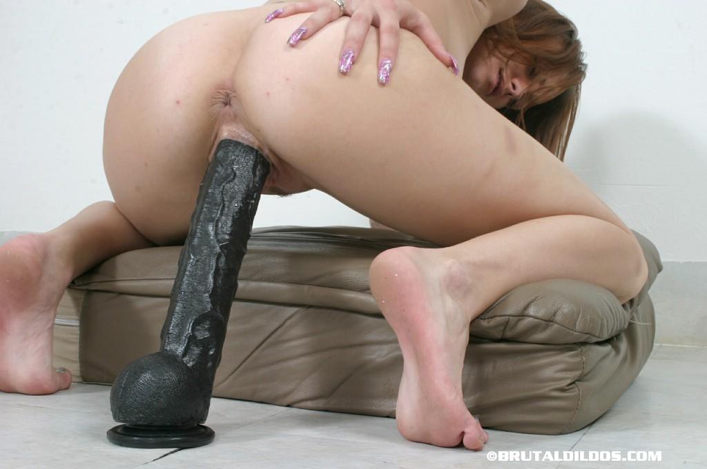 каком девушки с огромными дилдо между ног для